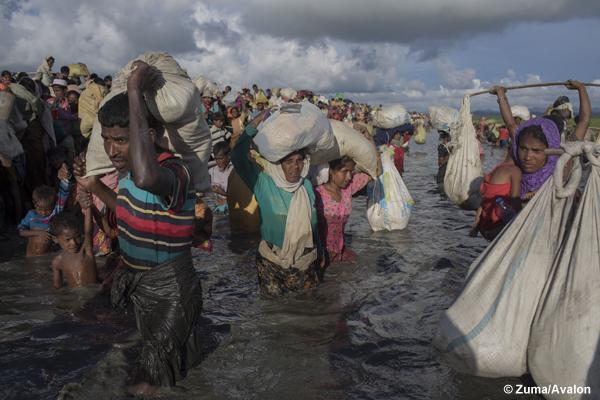 Rohingya refugees flee Burma to Bangladesh