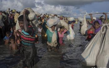 Rohingya refugees flee Burma to Bangladesh